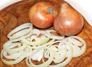 cebollas y cebolla cortada cruda