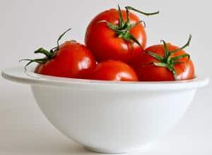 plato con tomates